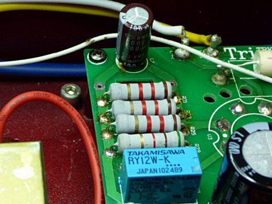 正常な抵抗器と電解コンデンサー