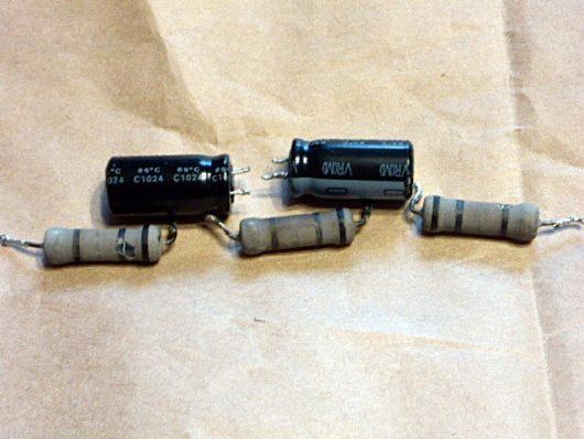 こわれた抵抗器と電解コンデンサー