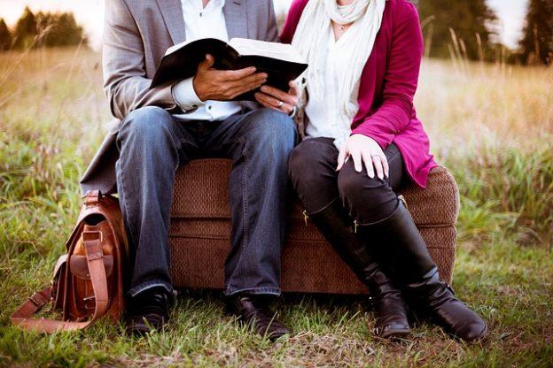 読書する二人